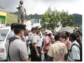 STOP : Massa Dewan Adat (DAP) saat dihadang oleh aparat Kepolisian di jalan Sosial Padang Bulan Distrik Hedam